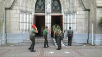 Prajurit TNI dan warga mulai berdatangan ke Gereja Katedral.