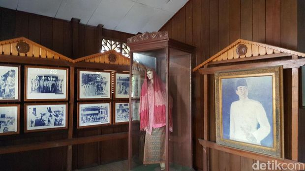Baju, foto-foto Fatmawati dan lukisan Soekarno (Fitraya/detikTravel)