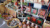 Aneka suvenir bertema Rafflesia khas Bengkulu (Fitraya/detikTravel)
