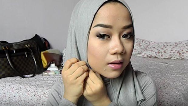 Tutorial Hijab Kondangan dengan Bahan Kaos