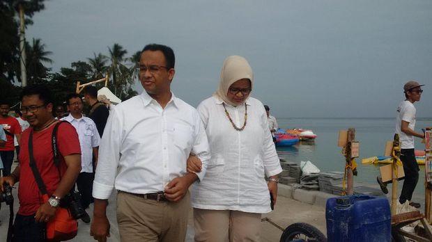 Kemesraan Anies dan istri di Jembatan Cinta Pulau Tidung