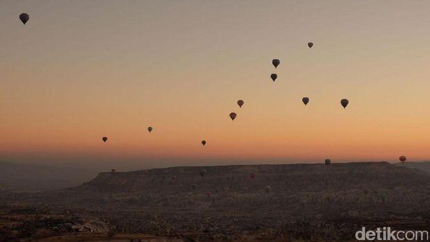 Panorama Cappadocia dengan latar balon udara (Rois/detikTravel)