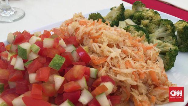 Selain khorkhog, hidangan lain yang juga kerap ditemui di Mongolia adalah salad. (CNN Indonesia/Lesthia Kertopati)