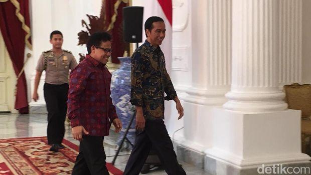Jamu Makan Siang, Jokowi Ambilkan Cak Imin Perkedel Kentang