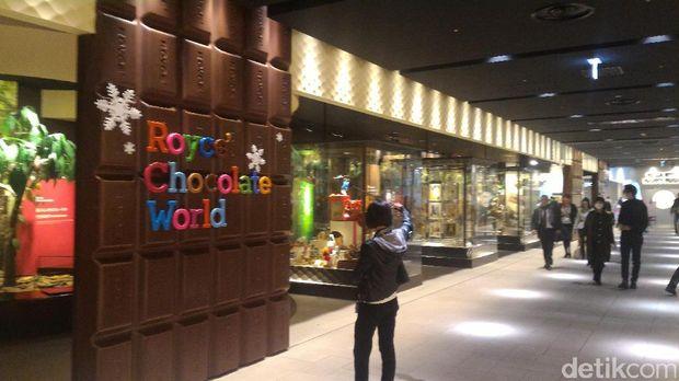 Pengunjung di depan pabrik coklat Royce Chocolate (Aryo/detikTravel)