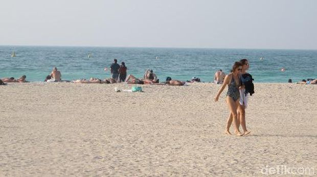 Turis dapat berbikini dan berjemur dengan nyaman di Pantai Jumeirah (Afif/detikTravel)