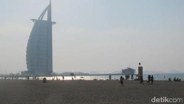 Burj Al Arab terlihat dari pantainya (Afif/detikTravel)