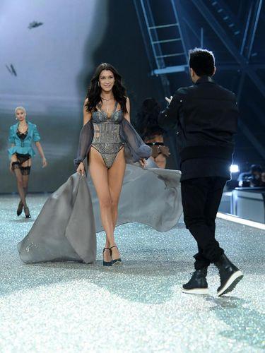 Lirikan Bella Hadid Saat Bertemu Eks Pacar di Fashion Show Victoria's Secret
