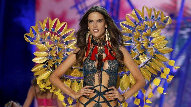Tahun ini, Jasmine Tookes berbagi panggung dengan para supermodel, termasuk Alessandra Ambosio.