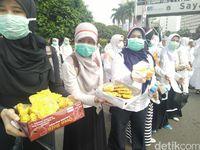 Bawa Sapu Lidi, Massa Aksi Bersih-bersih dari Bundaran HI ke Monas