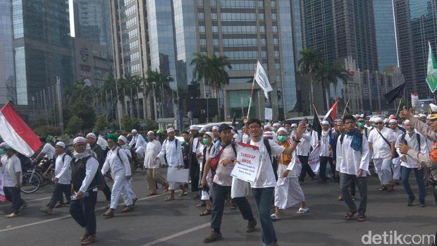 Tinggalkan GBK, Jokowi Melintasi Kerumunan Massa Aksi 2 Desember