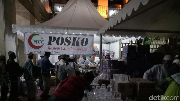 Posko tempat membagikan makanan untuk peserta aksi