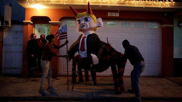 Usir Roh Jahat, Warga Guatemala Bakar Boneka Donald Trump