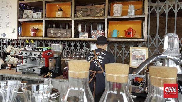Di lantai dasar The Parlor, pengunjung bisa melepas lelah sembari kongko di coffee bar. Dengan cekatan, sang barista membuatkan secangkir kopi panas untuk menemani sore.