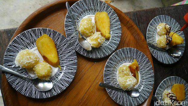 Membuat kue pulung-pulung (Kurnia/detikTravel)