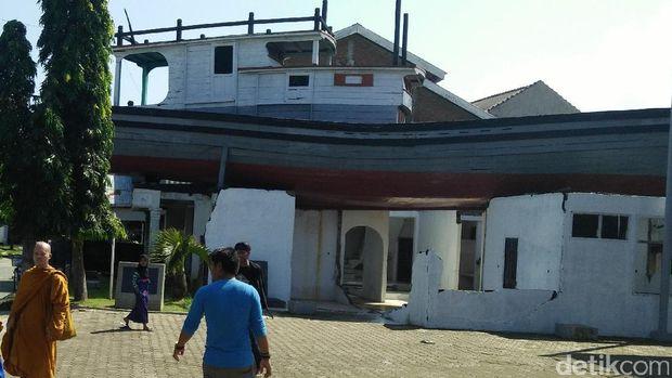 Perahu ini nangkring di atas rumah (Kartika/detikTravel)