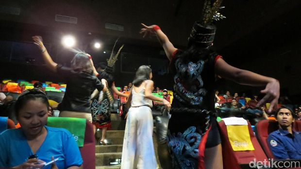 Tari Dayak mengajak penonton menari bersama (Fitraya/detikTravel)