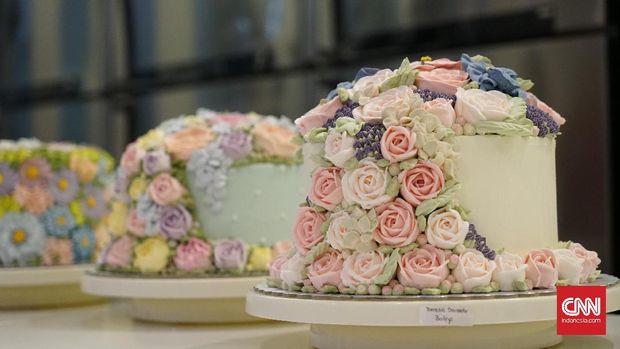 cake dengan dekorasi bunga adalah salah satu dekorasi andalannya