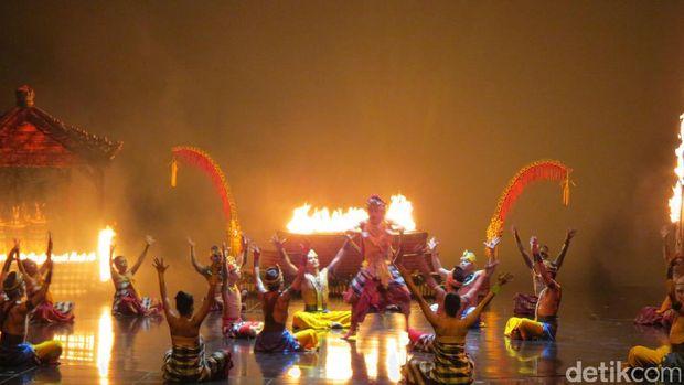 Tari Kecak dengan efek api (Fitraya/detikTravel)