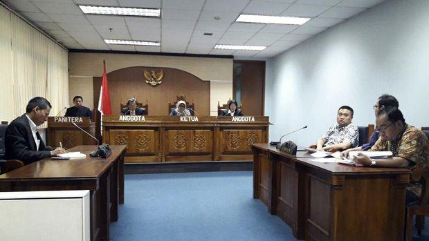 Sidang putusan sengketa informasi dana sumbangan Alfamart di Komisi Informasi Pusat, Jakarta (19/12).
