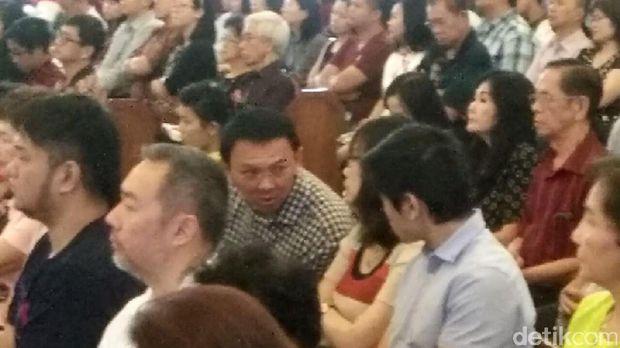 Ahok Khidmat Mendengarkan Khotbah Perayaan Natal di GKY Pluit