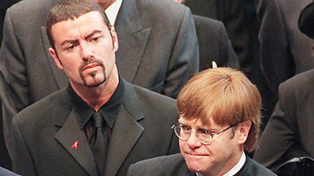 Elton John dan kekasihnya pernah memprihatinkan kesehatan George Michael yang tampaknya selalu diwarnai oleh masalah narkoba. (AFP/Johnny Eggit)