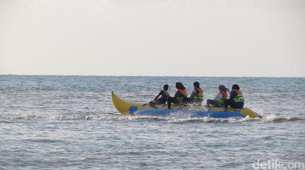 Wisatawan naik banana boat (Fitraya/detikTravel)