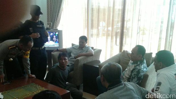 Ius Pane di ruangan VIP Bandara Halim Perdanakusuma