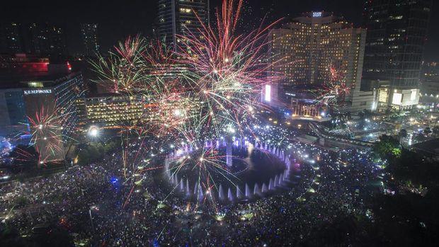 Selain Ancol, warga Jakarta juga merayakan pergantian tahun dengan pesta kembang api di kawasan Bundaran Hotel Indonesia.