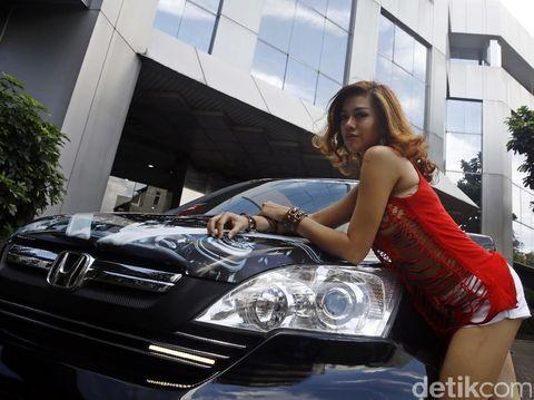 Takut dengan Kondisi Jalan, Model Cantik Ini Ogah Nyetir Sendiri
