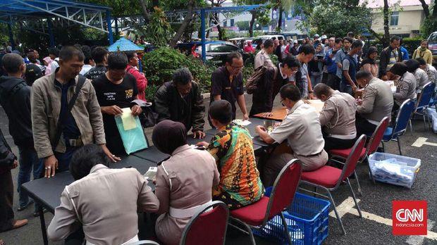 Jelang Tarif Baru STNK dan BPKB, Samsat Polda Jakarta Diserbu