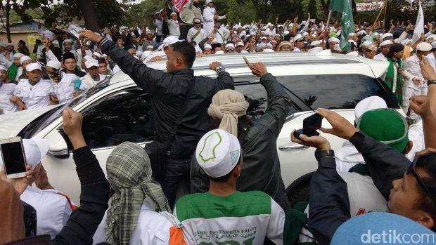Takbir dan Salawat Massa FPI Sambut Habib Rizieq di Mapolda Jabar