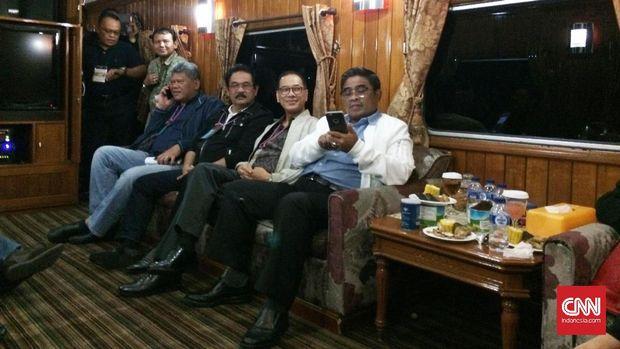 Pejabat pemerintah provinsi DKI Jakarta mencoba sensasi berbeda ketika rapat di kereta wisata. Usai rapat, mereka menikmati fasilitas lain seperti karaoke. (Foto: CNN Indonesia/Puput Tripeni Juniman)