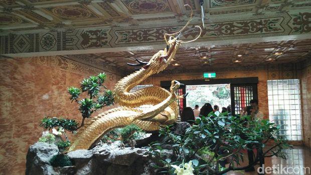 Patung naga emas yg ada di The Grand Hotel Taipei (Wahyu/detikTravel)