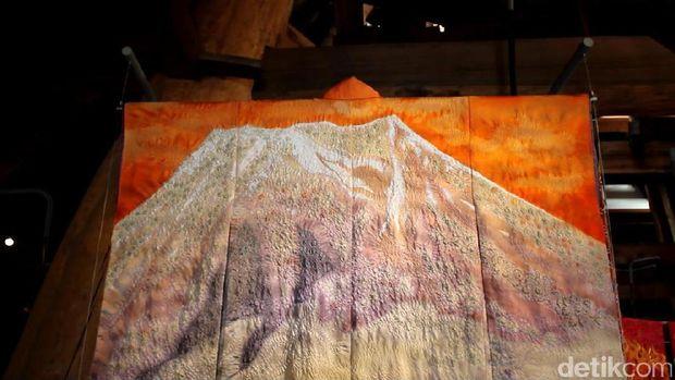 Kimono bergambar Gunung Fuji karya Itchiku (Randy/detikTravel)