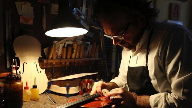 Stefano Trabucchi, pembuat biola master di Cremona sedang bekerja (Stefano Rellandini/Reuters)