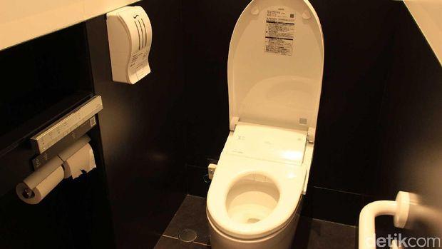 Suasana bersih dan modern di dalam toilet (Randy/detikTravel)