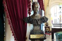 Patung Ratu Wilhelmina yg tersimpan di Istana Siak Sri Indrapura (Wahyu/detikTravel)
