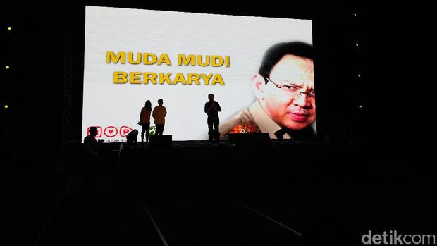 Cagub DKI Basuki Tjahaja Purnama (Ahok) nonton bareng pendukung di Kelapa Gading, Sabtu (21/1/2017)