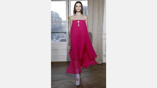 Shocking pink merupakan warna favorit Schiaparelli yang terus diabadikan oleh Guyon.