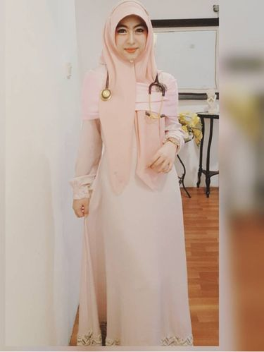 Hijab <i>Syar'i</i> Ala Dokter Cantik Shindy Putri, Adik dari Oki Setiana Dewi