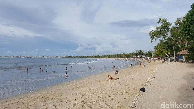 Wisatawan menikmati Pantai Jimbaran (Fitraya/detikTravel)