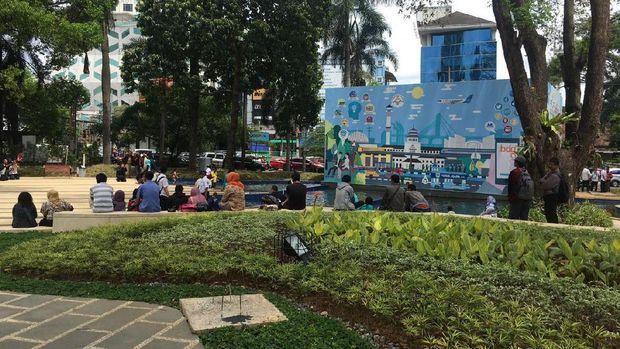 Warga mengisi libur akhir minggu di Taman Sejarah Bandung (Avitia/detikTravel)