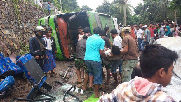 Bus Angkut Rombongan dari Cirebon Terguling di Lombok, 2 Orang Tewas