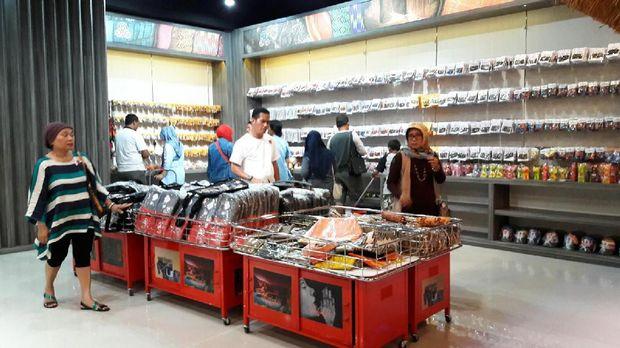 Wisatawan sedang berbelanja oleh-oleh di Sasaku (Kurnia/detikTravel)