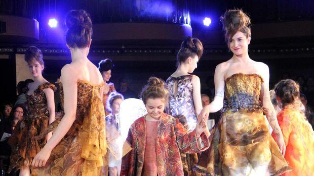 Seperti di musim sebelumnya, Franck Sorbier juga menciptakan gaun untuk anak-anak dan menampilkannya di atas runway.
