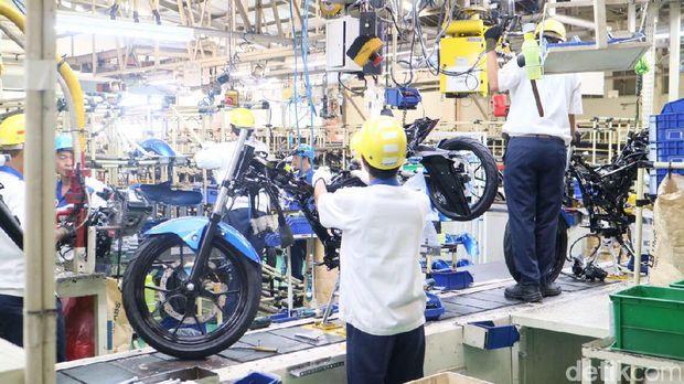 Pekerja merakit motor Suzuki