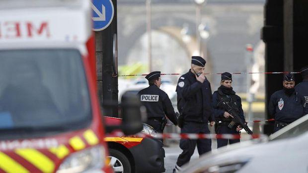 Polisi Prancis berjaga-jaga di sekitar Museum Louvre usai insiden ini