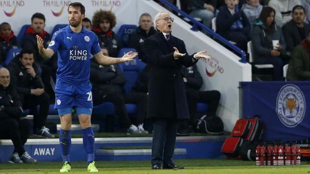 Claudio Ranieri memberikan instruksi saat Leicester City menghadapi MU