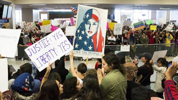 Larangan imigrasi Trump sempat memicu protes besar awal tahun ini.